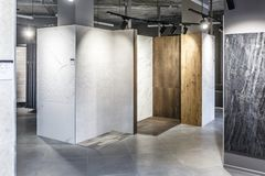 ΓΚΡΟΝΤΝΟ, ΛΕΥΚΟΡΩΣΙΑ - ΤΟΝ ΑΠΡΊΛΙΟ ΤΟΥ 2019: εσωτερικό σύγχρονο κεραμικό κεραμίδι και φυσικό κατάστημα πετρών στοκ φωτογραφία με δικαίωμα ελεύθερης χρήσης