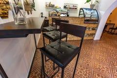 ΓΚΡΟΝΤΝΟ, ΛΕΥΚΟΡΩΣΙΑ - ΤΟ ΜΆΡΤΙΟ ΤΟΥ 2019: εσωτερικό εσωτερικών στο μικρό σύγχρονο καφέ μπαρ με το ύφος σχεδίου σοφιτών στοκ εικόνα