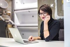 ΓΚΡΟΝΤΝΟ, ΛΕΥΚΟΡΩΣΙΑ - ΤΟ ΜΆΡΤΙΟ ΤΟΥ 2019: νέοι υπάλληλοι γυναικών στα εργοστάσια γυαλιού στον υπολογιστή στο σύγχρονο κατάστημα στοκ εικόνα με δικαίωμα ελεύθερης χρήσης