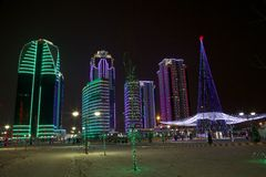 Γκρόζνυ Γκρόζνυ σύνθετο της πόλης ουρανοξυστών τη νύχτα στα φω'τα νέου Στοκ Φωτογραφία