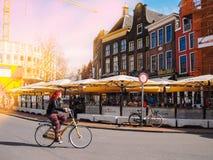 Γκρόνινγκεν netherlands Ένα άτομο οδηγά ένα ποδήλατο στο κέντρο πόλεων στην περισσότερη πόλη σπουδαστών στις Κάτω Χώρες Γκρόνινγκ στοκ εικόνες