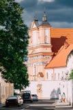 Γκρόντνο, Λευκορωσία Άνθρωποι που περπατούν κοντά στην καθολική εκκλησία Annunciation της ευλογημένης Virgin Mary και ενός Bridge Στοκ εικόνα με δικαίωμα ελεύθερης χρήσης