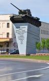 Γκρόντνο, Λευκορωσία - 18 Μαΐου 2015: Μνημείο για να τοποθετήσει σε δεξαμενή το τ-34/85 βάθρο Στοκ Εικόνες