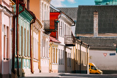 Γκρόντνο, Λευκορωσία Προσόψεις των παλαιών παραδοσιακών σπιτιών στην ηλιόλουστη θερινή ημέρα σε Hrodna Στοκ εικόνα με δικαίωμα ελεύθερης χρήσης