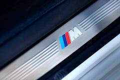 Γκρόντνο, Λευκορωσία, στις 6 Μαΐου 2013 σύμβολο της BMW Μ στο threshol Στοκ Εικόνες