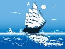 Γλάροι επάνω από το σκάφος με τα άσπρα πανιά στην μπλε θάλασσα Στοκ φωτογραφία με δικαίωμα ελεύθερης χρήσης