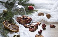 Γλασαρισμένα φρούτα φραουλών φραουλών μούρων ξηρών καρπών σε έναν πίνακα κάτω από έναν ιστό καρυδιών κώνων δέντρων γυαλιού ΚΑΠ Στοκ εικόνες με δικαίωμα ελεύθερης χρήσης
