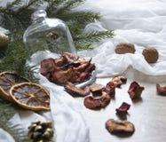 Γλασαρισμένα φρούτα φραουλών φραουλών μούρων ξηρών καρπών σε έναν πίνακα κάτω από έναν ιστό καρυδιών κώνων δέντρων γυαλιού ΚΑΠ Στοκ εικόνα με δικαίωμα ελεύθερης χρήσης