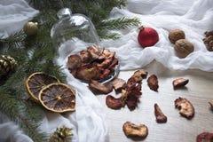 Γλασαρισμένα φρούτα φραουλών φραουλών μούρων ξηρών καρπών σε έναν πίνακα κάτω από έναν ιστό καρυδιών κώνων δέντρων γυαλιού ΚΑΠ Στοκ φωτογραφίες με δικαίωμα ελεύθερης χρήσης