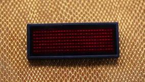 Γλιστρώντας κείμενο κάτω από την κατασκευή που λάμπει με κόκκινο LEDs απόθεμα βίντεο