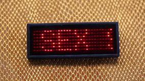Γλιστρώντας φύλο κειμένων που λάμπει με κόκκινο LEDs απόθεμα βίντεο
