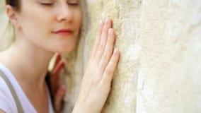 Γλιστρώντας χέρι γυναικών ενάντια στον παλαιό τοίχο πετρών σε σε αργή κίνηση Θηλυκό χέρι σχετικά με την τραχιά επιφάνεια του βράχ απόθεμα βίντεο