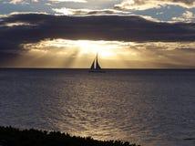 γλιστρώντας sailboat ηλιοβασίλ Στοκ Εικόνες