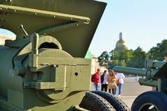 Γλουτός howitzer των χρόνων του Δεύτερου Παγκόσμιου Πολέμου στο υπόβαθρο στοκ εικόνες