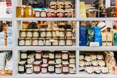 Γλυκά βάζα Comfiture μαρμελάδας στην υπεραγορά φρούτων Στοκ Εικόνες