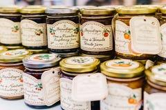 Γλυκά βάζα Comfiture μαρμελάδας στην υπεραγορά φρούτων Στοκ φωτογραφία με δικαίωμα ελεύθερης χρήσης