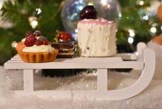 Γλυκά διακοσμήσεων Χριστουγέννων σε ένα έλκηθρο στοκ εικόνα με δικαίωμα ελεύθερης χρήσης