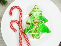 Γλυκά εορταστικά τρόφιμα επιδορπίων κέικ χριστουγεννιάτικων δέντρων Στοκ εικόνες με δικαίωμα ελεύθερης χρήσης