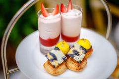 Γλυκά επιδορπίων τσαγιού και ζύμης απογεύματος καθορισμένα Στοκ Φωτογραφία