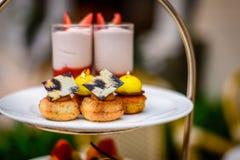 Γλυκά επιδορπίων τσαγιού και ζύμης απογεύματος καθορισμένα Στοκ Εικόνα