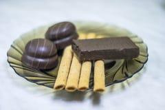Γλυκά, ζύμες σε ένα πιάτο Βάφλες, γλυκό souffle ραβδιών στοκ εικόνες