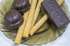Γλυκά, ζύμες σε ένα πιάτο Βάφλες, γλυκό souffle ραβδιών στοκ φωτογραφίες με δικαίωμα ελεύθερης χρήσης