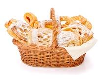 Γλυκά κέικ στο καλάθι στοκ φωτογραφία με δικαίωμα ελεύθερης χρήσης