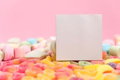 Γλυκά και ένα κενό φύλλο σε ένα ροζ στοκ εικόνα