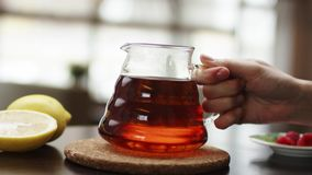 Τσάι που χύνεται στο διαφανές φλυτζάνι τσαγιού γυαλιού Φλυτζάνι του τσαγιού Γλυκά, καυτά τσάι και teapot Κεραμική teapot και γυαλ απόθεμα βίντεο