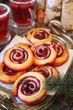 Γλυκά κουλούρια ρόλων των βακκίνιων με τις πτώσεις σοκολάτας και το ποτό φρούτων των βακκίνιων στοκ εικόνες με δικαίωμα ελεύθερης χρήσης