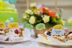 Γλυκά με τα συγχαρητήρια και τις επιθυμίες στοκ φωτογραφίες με δικαίωμα ελεύθερης χρήσης