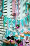 Γλυκά με τα συγχαρητήρια και τις επιθυμίες στοκ εικόνες