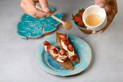 Γλυκά σάντουιτς με τις φράουλες, το τυρί, camembert, brie, τα καρύδια και το μέλι στο μαγείρεμα bruschetta ψωμιού από το χέρι αρχ στοκ φωτογραφίες με δικαίωμα ελεύθερης χρήσης