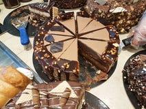 Γλυκά σοκολάτας στο ελληνικό κατάστημα ζύμης στοκ εικόνες