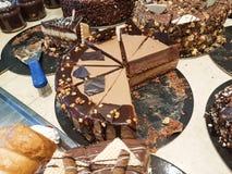 Γλυκά σοκολάτας στο ελληνικό κατάστημα ζύμης στοκ φωτογραφία