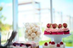 Γλυκά στην επίδειξη στο κατάστημα Στοκ φωτογραφία με δικαίωμα ελεύθερης χρήσης