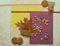 Γλυκά στο ελαφρύ ξύλινο υπόβαθρο σύστασης Καφετιά φύλλα Στοκ Φωτογραφίες