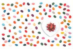 Γλυκά φασολιών ζελατίνας με ένα κιβώτιο δώρων καρδιών στοκ φωτογραφίες