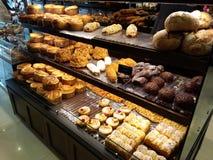 Γλυκά, ψημένα, ψωμοειδή τρόφιμα, έκαναν με ή χωρίς τον περιορισμό, και συνήθως περιορισμό του αλευριού, ζάχαρη, στοκ εικόνες