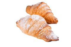 Γλυκά croissants με την κονιοποιημένη ζάχαρη απομονωμένο στο λευκό υπόβαθρο στοκ εικόνες με δικαίωμα ελεύθερης χρήσης
