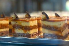 Γλυκά cupcakes με τα φρούτα σε μια επίδειξη Στοκ Φωτογραφία