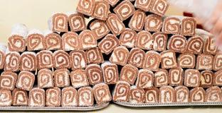 Γλυκά cupcakes με τα φρούτα σε μια επίδειξη Στοκ Εικόνες