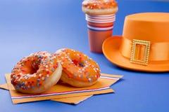 Γλυκές ζύμες για την ημέρα γιορτής του βασιλιά και του ντεκόρ θερμοκηπίων πορτοκαλιών Καρναβάλι στις Κάτω Χώρες Μπλε υπόβαθρο και Στοκ Φωτογραφίες