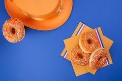 Γλυκές ζύμες για την ημέρα γιορτής του βασιλιά Πορτοκαλιά διακόσμηση Καρναβάλι στις Κάτω Χώρες Μπλε υπόβαθρο και διάστημα για το  Στοκ εικόνες με δικαίωμα ελεύθερης χρήσης