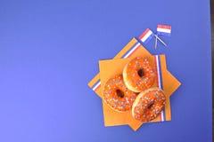 Γλυκές ζύμες για την ημέρα γιορτής του βασιλιά Πορτοκαλιά διακόσμηση Καρναβάλι στις Κάτω Χώρες Μπλε υπόβαθρο και διάστημα για το  Στοκ φωτογραφία με δικαίωμα ελεύθερης χρήσης