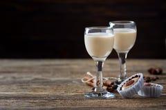 Γλυκές καραμέλες και ιρλανδικό ηδύποτο καφέ κρέμας στοκ φωτογραφία με δικαίωμα ελεύθερης χρήσης