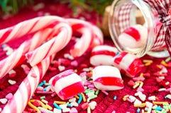 Γλυκές καραμέλες που ανατρέπονται/που χύνονται από το βάζο γυαλιού στο backgro Χριστουγέννων Στοκ φωτογραφίες με δικαίωμα ελεύθερης χρήσης