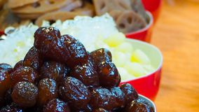 Γλυκές κινεζικές κόκκινες συνταγές ημερομηνίας, κόκκινη jujube ημερομηνία στη θαμπάδα του κόκκινου κύπελλου της τεμαχισμένης ρίζα στοκ φωτογραφία με δικαίωμα ελεύθερης χρήσης