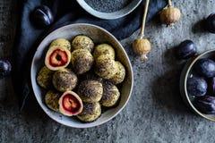 Γλυκές μπουλέττες δαμάσκηνων με τους σπόρους παπαρουνών Στοκ Φωτογραφίες