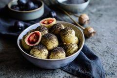 Γλυκές μπουλέττες δαμάσκηνων με τους σπόρους παπαρουνών Στοκ Εικόνες